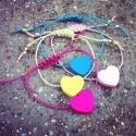 Fa szívecskés karkötő/barátságkarkötő, Ékszer, óra, Mindenmás, Ruha, divat, cipő, Karkötő, Ékszerkészítés, Gyöngyfűzés, Ezeket az aranyos karkötőket lehet kérni többféle színű szívvel és zsinórral. Csúsztatócsomós, állít..., Meska