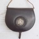 Női táska, Táska, Válltáska, oldaltáska, Bőrművesség, Ötvös, Fekete marhabőrből készült táska füzött rézdomboritással 25 cm széles 20 cm magas, Meska