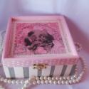 Vintage romantikus doboz, Dekoráció, Otthon, lakberendezés, Tárolóeszköz, Decoupage, szalvétatechnika, Közepes méretű peremes fa dobozt díszítettem ezzel a nagyon hangulatos romantikus mintával, csipke d..., Meska