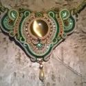 Zöld-arany nyakék, Ékszer, óra, Nyaklánc, Ékszerkészítés, Gyöngyfűzés, Sújtás technikával készítettem ezt a rendkívül elegáns nyakéket. Egy 3 cm átmérőjű barnás macskasze..., Meska