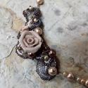 Lila-barna rózsás nyakék, Ékszer, óra, Nyaklánc, Medál, Ékszerszett, Gyöngyfűzés, Ékszerkészítés,  Lila, barna, óarany, és gyöngyház a domináns színei ennek a gyöngyvarrott nyakéknek. Kása, delica,..., Meska