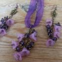 Orgonavirágzás szett, Ékszer, óra, Ékszerszett, Karkötő, Fülbevaló, Ékszerkészítés, Gyöngyfűzés, Bronz színű fülbevaló alapra, lila színű üveggyöngyöket és lila akril virágokat raktam szerelőpálci..., Meska