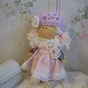 Kloé, Dekoráció, Játék, Dísz, Játékfigura, Baba-és bábkészítés, Varrás, Természetes alapanyagokból készült ez a kedves kis textilbaba. Sapkája (orgona lila) kézi horgolású..., Meska