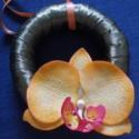 ajtódísz - zöld koszorú narancssárga agyag orchideával, Dekoráció, Otthon, lakberendezés, Dísz, Festett tárgyak, Kerámia, kedves kis ajtódísz, koszorú szalaggal bevonva, agyag orchideával díszítve    koszorú átmérő 12 cm,..., Meska