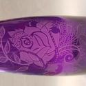 Rózsás csipkés kézzel gravírozott lila üvegváza, Dekoráció, Otthon, lakberendezés, Üvegművészet, Szuper születésnapi/névnapi ajándék lehet ez a kézzel gravírozott, lila, csipkés ,rózsával díszítet..., Meska