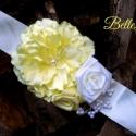 Törtfehér öv vajsárga virággal, Ruha, divat, cipő, Esküvő, Öv, Hajdísz, ruhadísz, Varrás, Különleges, nagy virágokkal díszített öv. Az öv rész törtfehér/ekrü színű, míg a virágok rajta szint..., Meska