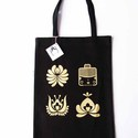 Fekete bevásárló szatyor matyó virágokkal és matyó leánnyal(arany színű), Táska, Magyar motívumokkal, Szatyor, Kb. 30x40cm-es vászon szatyor, melyre matyó virágokat ésleányt szitáztam, arany színű textilfestékke..., Meska