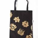 Fekete bevásárló szatyor matyó virágokkal (arany színű), Táska, Magyar motívumokkal, Szatyor, Kb. 30x40cm-es vászon szatyor, melyre matyó virágokat  szitáztam, arany színű textilfestékkel. Erős,..., Meska