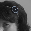 filc virágos hajpánt (szürke-fekete), Ruha, divat, cipő, Hajbavaló, Hajpánt, Varrás, Gyapjú filcből készült virág díszíti az ezüst színű fém hajpántot.  A hajpánt alap 5 mm széles, a vi..., Meska