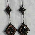 Kis fekete fülbevaló, Ékszer, óra, Fülbevaló, Gyöngyfűzés, Elegáns fekete, bronz fülbevaló, melynek elemeit pár szem lánc köti össze. Középen bronzos fényű fe..., Meska