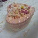Ékszeres, bonbonos dobozka quilling virágokkal, Ékszer, óra, Esküvő, Ékszertartó, Nászajándék, Papírművészet, Szív alakú, pasztell barack színű, 12 cm átmérőjű  nőies, romantikus doboz. Quilling virágdíszekkel..., Meska