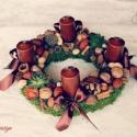 Karamell és csokoládé - adventi terméskoszorú asztaldísz , Dekoráció, Otthon, lakberendezés, Ünnepi dekoráció, Karácsonyi, adventi apróságok, Virágkötés, Mindenmás, Újabb színekben készültek ezek az adventik.   Most karamell színű gyertyával és színben passzoló cs..., Meska