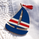 Kék vitorlás, Ékszer, óra, Bross, kitűző, Festett tárgyak, Vitorlás hajó kék-fehér-piros festéssel, piros szaténszalaggal. Fából készült kitűző.  Ideális nyar..., Meska