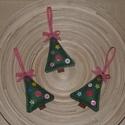 Karácsonyfadísz - Fenyőfa 1., Dekoráció, Karácsonyi, adventi apróságok, Karácsonyfadísz, Karácsonyi dekoráció, Varrás, A karácsonyfákat filcből varrtam, 6 db különböző gombbal díszítettem, a tetejére kockás masnit varr..., Meska