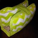 Pelenka és törlőkendő tartó, Baba-mama-gyerek, Játék, Baba-mama kellék, Varrás, Praktikus és dekoratív kis pelus tartót készítettünk. Így nem kell komplett pelenkázó táskát vinned..., Meska