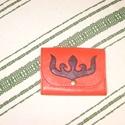 Rátétmintás péntárca, Táska, Magyar motívumokkal, Pénztárca, tok, tárca, Erszény, Bőrművesség, Piros  borjúbőrből készült pénztárca. Fedelét egy tulipán rátétminta díszíti, melyet szűcsvarrással..., Meska