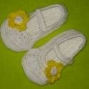 Törpilla cipője:), Ruha, divat, cipő, Cipő, papucs, Horgolás, Ez a pár kiscipő horgolással készült, fehér színű, rajta nagy sárga virággal:) 8-12,5 cm-ig kérhető...., Meska