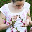 Rózsaszín virágos rövidujjú női póló S-es méret , Ruha, divat, cipő, Női ruha, Felsőrész, póló, Mindenmás, Gyönyörű romantikus rózsákat festettem erre a kiváló minőségű hófehér pólóra. A minta egyedi, mivel..., Meska
