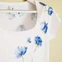 Virágos rövid ujjú női póló L-es méret, Ruha, divat, cipő, Női ruha, Felsőrész, póló, Festett tárgyak, Selyemfestés, Gyönyörű kék virágokat festettem erre a kiváló minőségű hófehér pólóra. A minta egyedi, mivel szaba..., Meska
