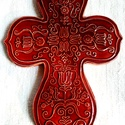 Jászok kersztje - bordó színű kerámia kereszt, Képzőművészet, Szobor, Kerámia, Kerámia, A keresztet hagyományos jász hímzésekből és régészeti leletekből ihletett mintakincs díszíti. A feh..., Meska