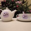 Gyönyörű rózsás teázó szett  Vintage stílusban (teáscsésze, kanál, teáskanna), Dekoráció, Konyhafelszerelés, Bögre, csésze, Kancsó , Gyurma, Romantikus porcelán teás szett felnőttek részére: a csipke lenyomatú alapot csodálatos rózsák díszí..., Meska