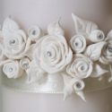 fehér rózsás gyertya esküvőre, szülinapra, névnapra..., Otthon, lakberendezés, Esküvő, Gyertya, mécses, gyertyatartó, Nászajándék, Gyertya-, mécseskészítés, Édesanyámnak, anyák napjára készítettem a képen látható gyertyát, melyet fehér szinű  süthető gyurmá..., Meska