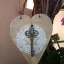 Kulcs a szívemhez, Dekoráció, Dísz, Virágkötés, 17 cm-es fa szívemre régi csipkét ragasztottam és erre egy fa kulcsot. Dróttal tudod falakasztani A ..., Meska