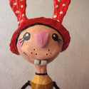 Piros pöttyös kalapos nyuszi - kiállítható papírmasé figura - dekoráció, Otthon, lakberendezés, Képzőművészet , Dekoráció, Húsvéti apróságok, Baba-és bábkészítés, Újrahasznosított alapanyagból készült termékek, Ez a nyuszika csak kevés példányban készült el, de mindegyik más színű ruhában. Ő még keresi gazdáj..., Meska