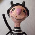 Fekete kalapos,csíkos macska - kiültethető papírmasé figura - dekoráció, Otthon, lakberendezés, Képzőművészet , Dekoráció, Mindenmás, Baba-és bábkészítés, Újrahasznosított alapanyagból készült termékek, Ez a macska csak kevés példányban készült el, de mindegyik más mintás ruhában. Ő még keresi gazdájá..., Meska