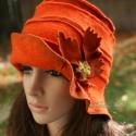 """""""Dália"""" kalap / narancs, Ruha, divat, cipő, Kendő, sál, sapka, kesztyű, Sapka, Női ruha, Varrás, Fejbe húzható, felhajtós elejű, kívül varrt, szabott kalap, kézzel festett szélezéssel és virágdíssz..., Meska"""