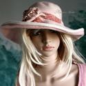 Rózsaszínű filckalap, Ruha, divat, cipő, Kendő, sál, sapka, kesztyű, Női ruha, Sapka, Varrás, Festett tárgyak,   Tavaszi ruhatárad látványos kiegészítője lehet  egy ilyen nagy szélű, csipkével és selyemrózsával..., Meska