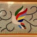 Madaras mozaik tálca , Konyhafelszerelés, Otthon, lakberendezés, Tálca, Mozaik, A nagy méretű fa tálcát üvegmozaikkal díszítettem. A madár spectrum üvegből készült, a háttér halvá..., Meska