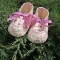 Babacipő virágos hímzett, Baba-mama-gyerek, Ruha, divat, cipő, Baba-mama kellék, Cipő, papucs, Hímzés, Varrás, Pici kislányoknak varrtam sok szeretettel gyapjúfilcből ezt a kiscipőt. Orrát hímzett virágok díszít..., Meska