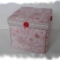 Romantikus mintás textillel bevont doboz, Mindenmás, Dekoráció, Mindenmás, Papírmasé doboz, mintás textil, pamutcsipke és fagomb felhasználásával, cartonage technikával készí..., Meska