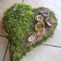 Moházott csúcsos szív 1., Dekoráció, Otthon, lakberendezés, Ünnepi dekoráció, Virágkötés, A koszorú moha és platánkéreg kombinációjával készült. Termésekkel, kövirózsával díszítettem. Méret..., Meska