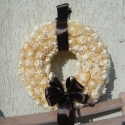 RENDELHETŐ!!! Krémbarna szalmavirág koszorú, csokoládé barna masnival , Dekoráció, Otthon, lakberendezés, Ünnepi dekoráció, Mindenmás, Virágkötés, Ez pedig sötét barna masnival.   20 cm-es szalma alapra ragasztottam a virágfejeket, aprólékos munk..., Meska