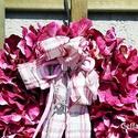 Pink színű hortenziakoszorú , Dekoráció, Esküvő, Otthon, lakberendezés, Ünnepi dekoráció, Mindenmás, Virágkötés, Erős pink színű hortenzia fejekből,  készült ez az ajtódíszem. A koszorú átmérője 30 cm.   Kérésre ..., Meska