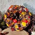 Őszi terméskoszorú ...  almás, Dekoráció, Otthon, lakberendezés, Ünnepi dekoráció, 20 cm-es szalma alapra ragasztottam a gesztenyéket, terméseket, száraz virágokat, dísz almát, sárga ..., Meska