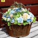 """"""" Hullámzó tenger"""" tavaszi kosárka, Dekoráció, Esküvő, Otthon, lakberendezés, Dísz, Virágkötés, Zöld - kék- sárga habrózsák, selyemvirágok, zöld kiegészítők  - fali kosárkába ültetve. A hullámzó ..., Meska"""
