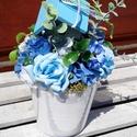 Vakító kékség asztal dísz , Dekoráció, Esküvő, Otthon, lakberendezés, Dísz, Virágkötés, Kis méretű 6 cm-es fehér gyöngyházszínű kaspóba ezúttal kék és fehér színű virágokat ültettem. Kis ..., Meska