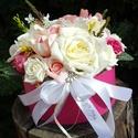 Ceffa flowerbox-tartós virágokból, Dekoráció, Esküvő, Mindenmás, Esküvői csokor, 17 cm-es kerek dobozkát beleltem oazissal és üde pink, rózsaszin rózsákat krém színű virágokat ültet..., Meska
