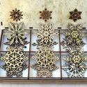 Karácsonyi díszek karácsonyfadísz fa díszdobozban 12 db, Dekoráció, Karácsonyi, adventi apróságok, Ünnepi dekoráció, Karácsonyi dekoráció, Famegmunkálás, 6 különbözőféle, összesen 12 db gyönyörű arany és natúr karácsonyi dísz, natúr fadobozban aranyporr..., Meska
