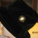 Kalap, Ruha, divat, cipő, Kendő, sál, sapka, kesztyű, Sapka, Varrás, Fekete bársony kalapot készítettem.Bélelt.Gomb dísze,olyan mint egy bross. Fejméret:57,5cm Karima:8..., Meska