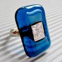 Teal-ezüst vibrálás üveg gyűrű, Ékszer, óra, Gyűrű, Ékszerszett, Ékszerkészítés, Üvegművészet, Sejtelmesen áttetsző sötét türkizkék - teal - ékszerüveget gyűrt hatású, ezüst színű dichroic-kal f..., Meska