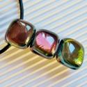 Bíbor gyöngysor üveg medál és lógós fülbevaló, üvegékszer szett, Ékszer, óra, Ékszerszett, Nyaklánc, Medál, Ékszerkészítés, Üvegművészet, Rózsaszín, bíbor, arany, bronz, smaragd színekben irizáló, csodálatos fényjátékú üvegből olvasztott..., Meska