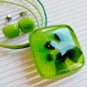 Ébredő dzsungel medál és fülbevaló üvegékszer szett, Ékszer, óra, Medál, Nyaklánc, Ékszerszett, Ékszerkészítés, Üvegművészet, Almazöld alapon különféle zöld árnyalatú lapocskák keltenek valódi 3D-s dzsungel hatást a rombusz f..., Meska