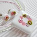 Vintage virágkoszorú medál és fülbevaló üvegékszer szett, Ékszer, óra, Nyaklánc, Medál, Ékszerszett, Ékszerkészítés, Üvegművészet, Hófehér alapra, koszorú formába olvasztottam az apró, rózsaszín, mohás és lilás árnyalatú millefiori..., Meska