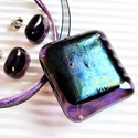 Ibolya szemű sárkány üveg medál és fülbevaló, üvegékszer szett, Ékszer, óra, Ékszerszett, Medál, Nyaklánc, Ékszerkészítés, Üvegművészet, Áttetsző ibolya lila alapon különleges fekete-lila-kék-óarany fényekkel csillogó ékszerüvegekből ké..., Meska