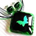 Smaragd pillangó üveg medál és fülbevaló, üvegékszer szett, Ékszer, óra, Medál, Nyaklánc, Ékszerszett, Ékszerkészítés, Üvegművészet, Áttetsző zöld keretben, fekete alapon, smaragd fényű, dichroic pillangó libben. Nikkelmentes bedugó..., Meska
