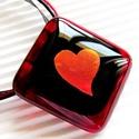 Szerelmes üzenet üveg medál, üvegékszer, Ékszer, óra, Medál, Nyaklánc, Ékszerszett, Ékszerkészítés, Üvegművészet, Áttetsző bordó keretben, fekete alapon, aranyló piros fényű, kecses szívecske ragyog. Extravagáns, ..., Meska